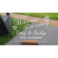 An elegant acrylic wedding welcome sign – the perfect decoration and welcome to your day.
